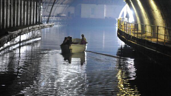 """Turisti obilaze podzemnu podmorničku bazu """"Balaklava"""" u Sevastopolju - Sputnik Srbija"""