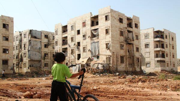Dečak gleda ruševine u Alepu - Sputnik Srbija