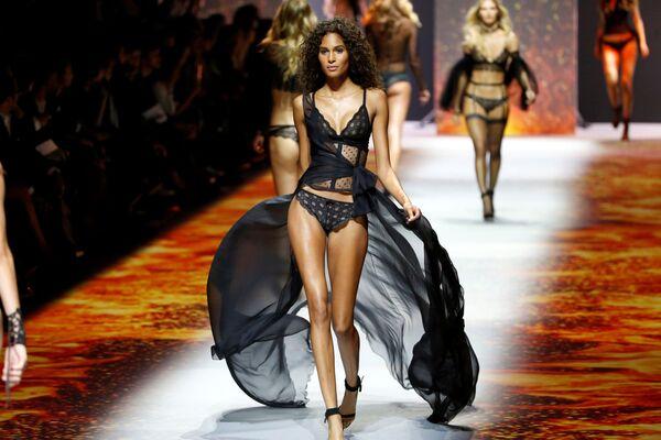 """Модел на модној ревији ˜""""Etam Live Show Lingerie"""" у оквиру Недеље моде у Паризу - Sputnik Србија"""