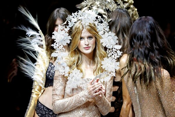 Модели на модној ревији Etam Live Show Lingerie у оквиру Недеље моде у Паризу - Sputnik Србија