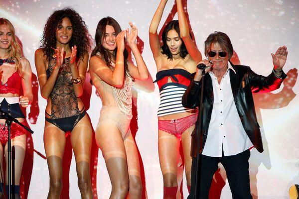 Наступ глумца и певача Жака Дутрона на модној ревији Etam Live Show Lingerie у Паризу - Sputnik Србија