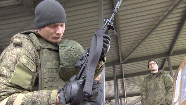 Руски војници тестирали аутоматску пушку Калашњиков и опрему Ратник - Sputnik Србија