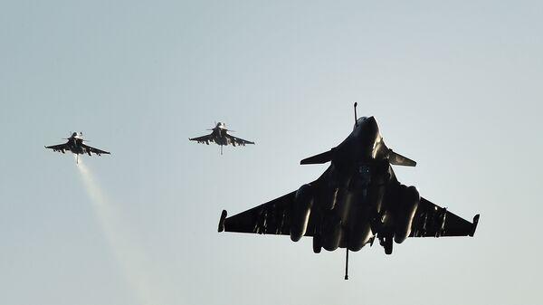 Француски ловци Рафал слећу на носач авиона Шарл де Гол - Sputnik Србија