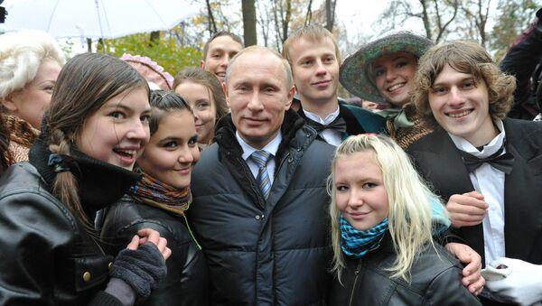 Vladimir Putin i mladi - Sputnik Srbija