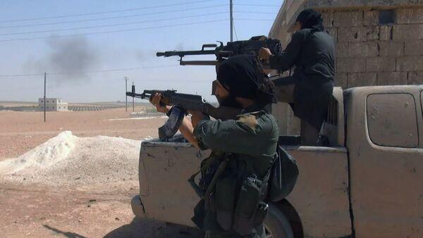 Teroristi DAEŠ-a tokom sukoba sa kurdskim snagama u Manbidžu u sirijskoj provinciji Alep - Sputnik Srbija
