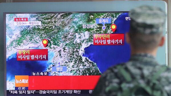 Vojnik Južne Koreje prati izveštaj na TV o testiranju severnokorejske balističke rakete - Sputnik Srbija