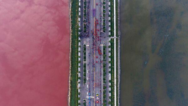Делимично црвено језеро у кинеској провинцији - Sputnik Србија