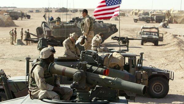 Амерички маринци поред војних возила северно од Кувајтске пустиње у близини границе са Ираком 15. марта 2003. - Sputnik Србија