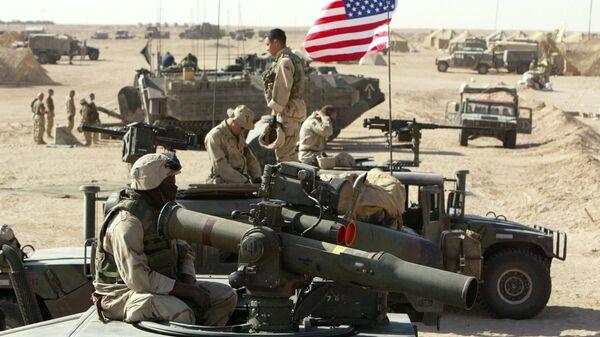 Američki marinci pored vojnih vozila severno od Kuvajtske pustinje u blizini granice sa Irakom 15. marta 2003. - Sputnik Srbija