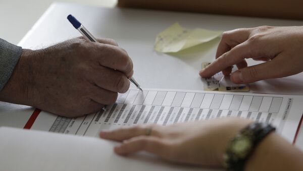 Гласач се потписује у бирачки списак пре гласања на локалним изборима у Сарајеву. У БиХ се данас одржавају локални избори. Право гласа у БиХ, Федерацији БиХ и Републици Српској има 3.263.906 бирача, а на изборима учествује 451 субјект. - Sputnik Србија