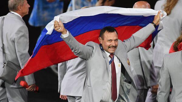 Ruska zastava na Paraolimpijskim igrama u Brazilu. Nosi je predstavnik beloruske delegacije Andrej Fomočkin - Sputnik Srbija
