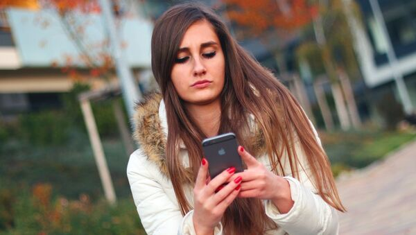 Девојка користи смартфон. - Sputnik Србија
