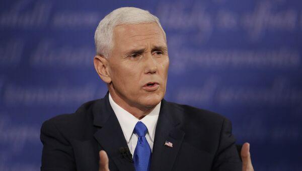Republikanski kandidat za potpredsednika SAD Majk Pens tokom debate sa demokratskim kandidatom Timom Kejnom - Sputnik Srbija