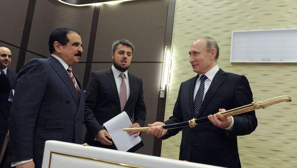 Владимир Путин држи сабљу коју је добио од краља  Бахреина. - Sputnik Србија