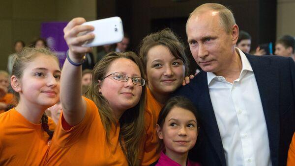 Prezident RF Vladimir Putin s učenikami obrazovatelьnogo centra Sirius v Soči - Sputnik Srbija