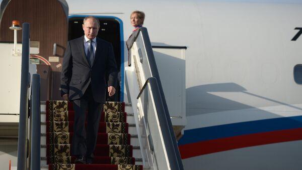 Руски председник Владимир Путин излази из авиона - Sputnik Србија