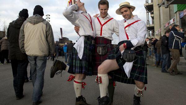Navijači Škotske u kiltovima poziraju pre ragbi utakmice između Engleske i Škotske u Londonu - Sputnik Srbija