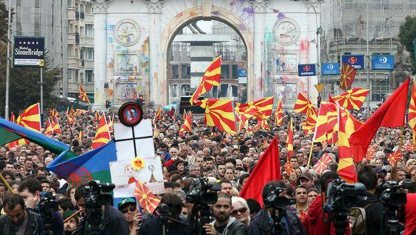 У Скопљу је данас, два месеца пред парламентарне изборе, одржан антивладин протест којем је присуствовало више хиљада присталица македонске опозиције.Грађански марш под називом Борба се наставља, глас побеђује, почео је у 14 сати, а завршен је испред Собрања где се окупљенима обратио председник опозиционих социјалдемократа Зоран Заев - Sputnik Србија