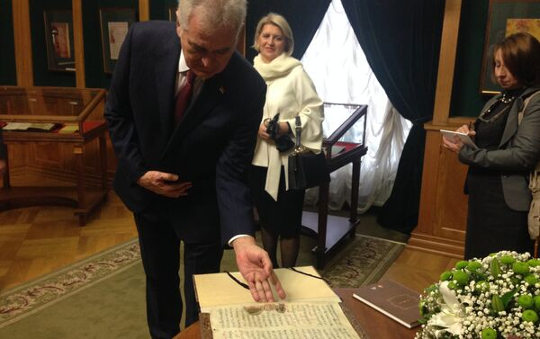 Predsednik Srbije Tomislav Nikolić sa listom Miroslavljevog jevanđelja - Sputnik Srbija
