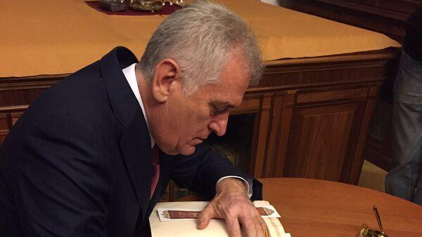 Председник Србије Томислав Николић уписује се у књигу почасних гостију у Руској националној библиотеци у Санкт Петербургу - Sputnik Србија
