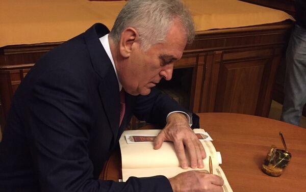 Predsednik Srbije Tomislav Nikolić upisuje se u knjigu počasnih gostiju u Ruskoj nacionalnoj biblioteci u Sankt Peterburgu - Sputnik Srbija