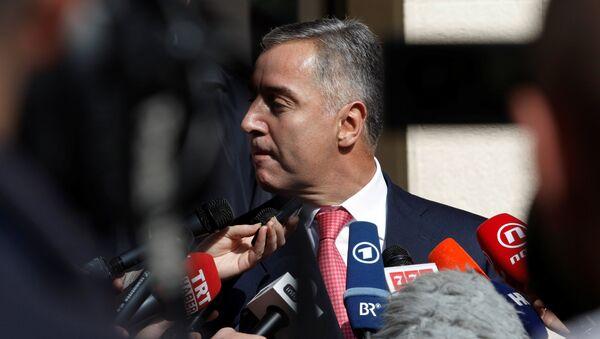 Premijer Crne Gore i lider Demokratske partije socijalista Crne Gore Milo Đukanović odgovara na pitanja novinara nakon glasanja. - Sputnik Srbija
