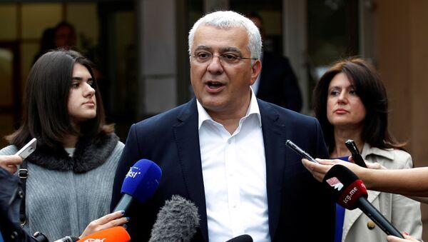 Lider opozicionog Demokratskog fronta Andrija Mandić odgovara na pitanja novinara nakon glasanja - Sputnik Srbija