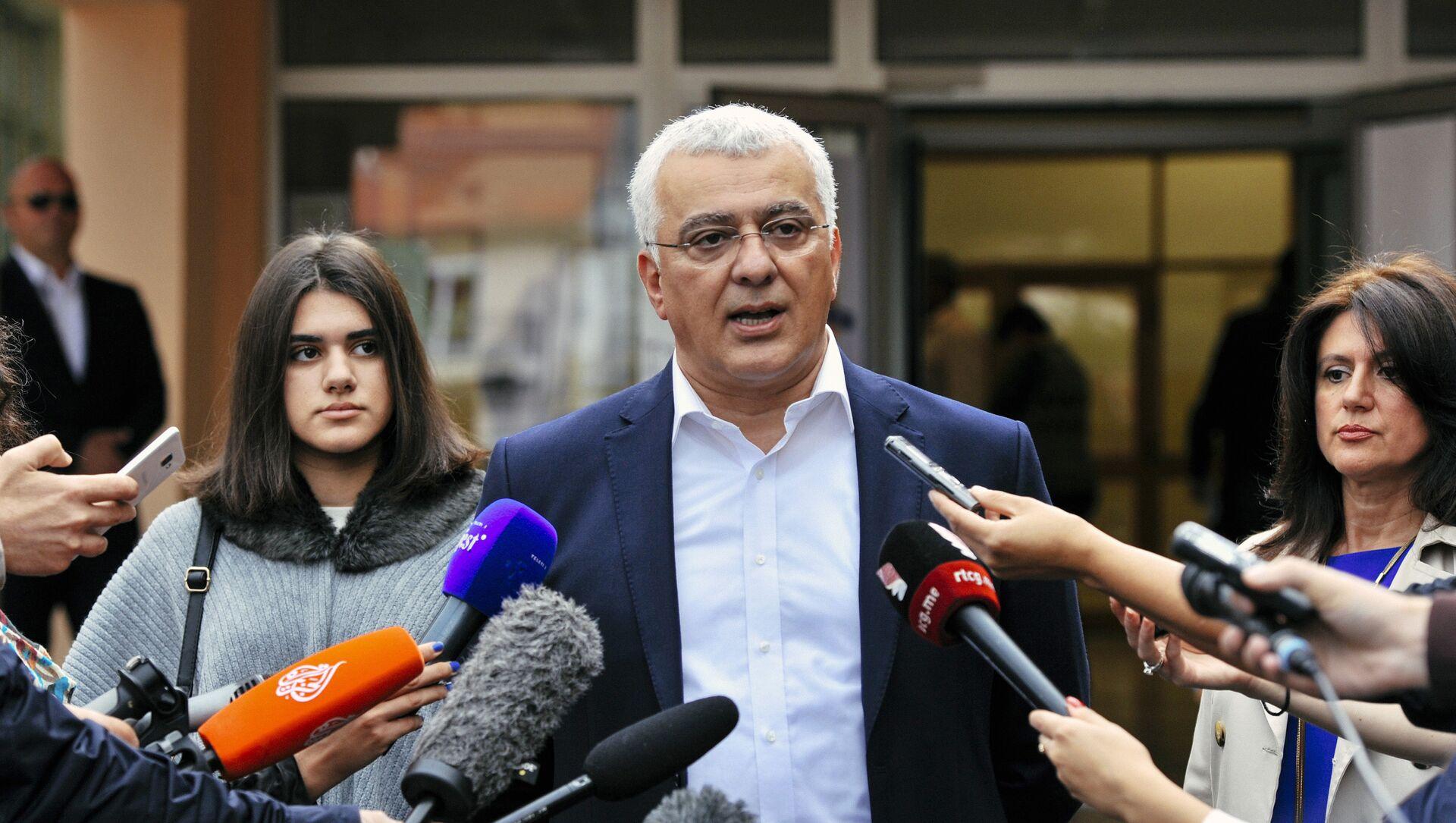 Лидер опозиционог Демократског фронта Андрија Мандић одговара на питања новинара након гласања  - Sputnik Србија, 1920, 04.02.2021