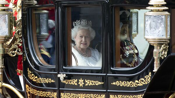 Британска краљица Елизабета Друга и принц Филип, војвода од Единбурга иду ка Вестминстерској палати у Лондону - Sputnik Србија