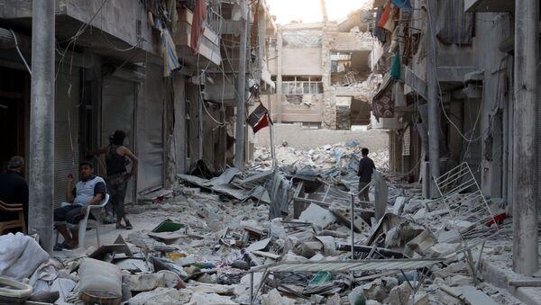 Stanovnici grada pregledaju razrušene zgrade nakon vazdušnih napada u Alepu - Sputnik Srbija