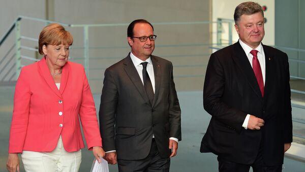 Немачка канцеларка Ангела Меркел, француски председник Франсоа Оланд и украјински председник Петро Порошенко долазе на заједничку конференцију за медије у Берлину - Sputnik Србија