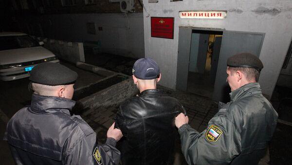Полиција приводи пијаницу у полицијску станицу на трежњење - Sputnik Србија