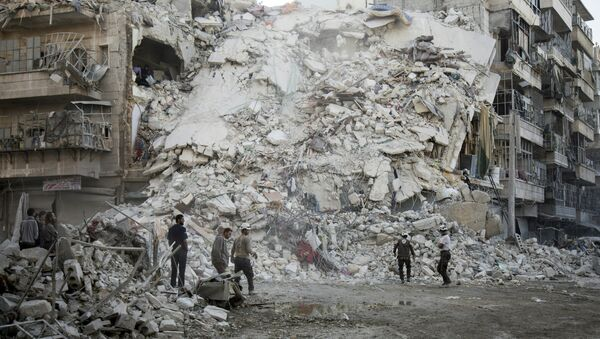 Članovi Sirijske civilne zaštite, poznate i kao Beli šlemovi, stoji pored porušenih zgrada u Alepu - Sputnik Srbija