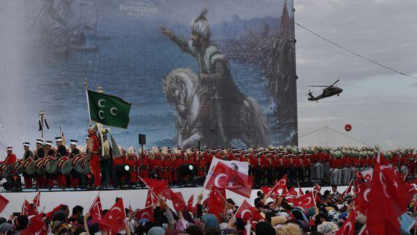 Турски војници, музичари и забављачи у униформама из периода Отоманског царства на митингу у Истамбулу - Sputnik Србија