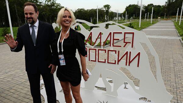 Министар за екологију РФ Сергеј Донски и глумица Памела Андерсон - Sputnik Србија