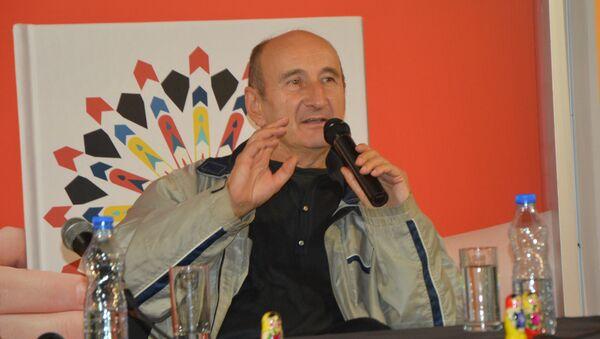 Песник Мирослав Максимовић, гост Спутњика на 61. Београдском сајму књига - Sputnik Србија