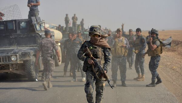 Ирачке федералне полицијске снаге лансирају ракету током сукоба са исламским екстремистима ДАЕШ-а на југу Мосула, Ирак - Sputnik Србија
