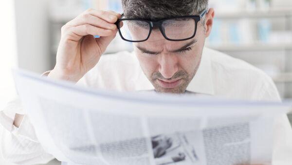 Мушкарац чита новине - Sputnik Србија