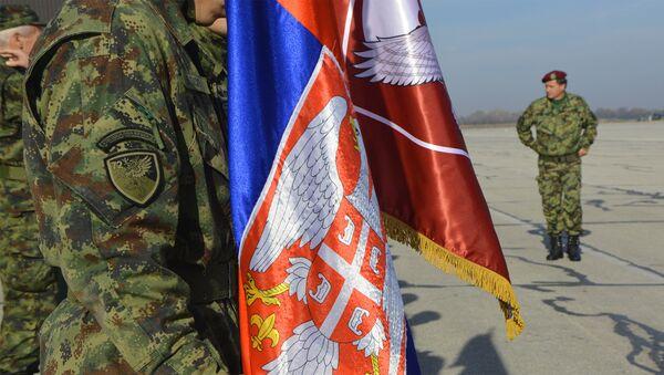 Војник српске специјалне бриграде држи заставу - Sputnik Србија