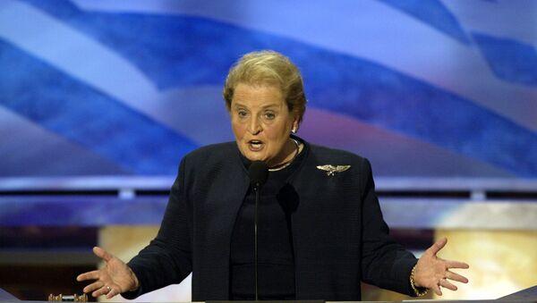 Бивша америчка државна секретарка Медлин Олбрајт говори на конвенцији Демократа у Бостону 2004. - Sputnik Србија