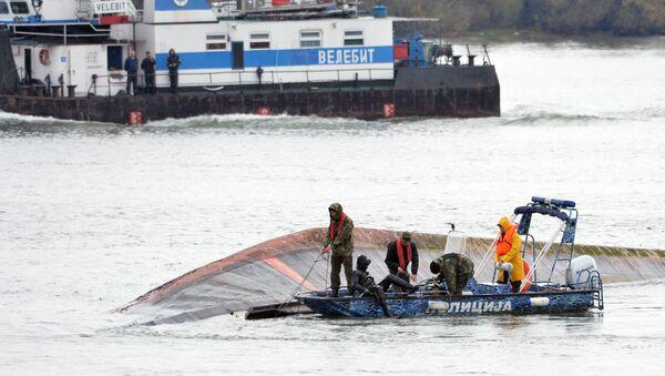 Речна полиција крај теретног брода који је потонуо код Смедерева. - Sputnik Србија