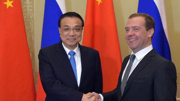 Премијери Кине и Русије Ли Кећијанг и Дмитриј Медведев - Sputnik Србија