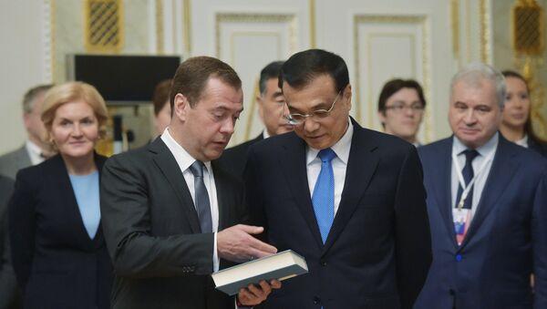 Premijeri Rusije i Kine Dmitrij Medvedev i Li Kećang - Sputnik Srbija