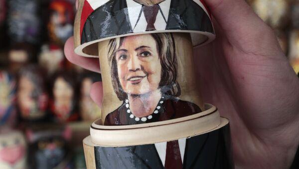 Бабушка (матрјошка) са ликом америчких председничких кандидата Хилари Клинтон и Доналда Трампа у продавници сувенира у Санкт Петербургу - Sputnik Србија