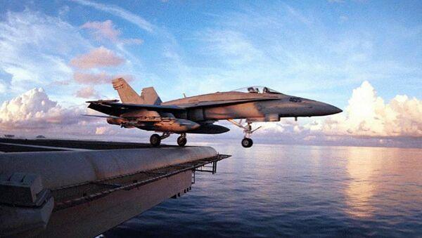 Авион Ф/А-18 Хорнет полеће са носача авиона Ентерпрајз. - Sputnik Србија