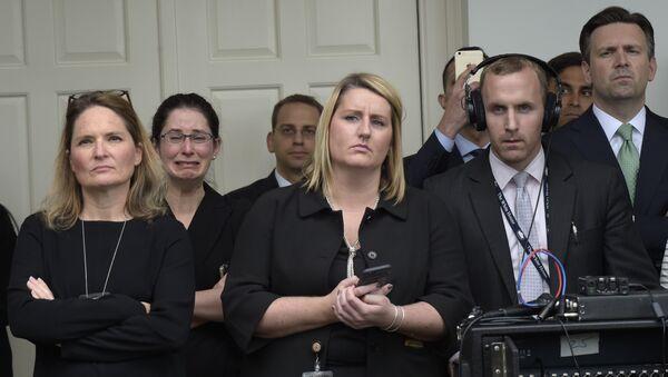 Zaposleni u Beloj kući, među kojima je i portparol Bele kuće Džoš Ernest, slušaju govor američkog predsednika Baraka Obame o rezultatima izbora u ružičnjaku ispred Bele kuće u Vašingtonu. - Sputnik Srbija