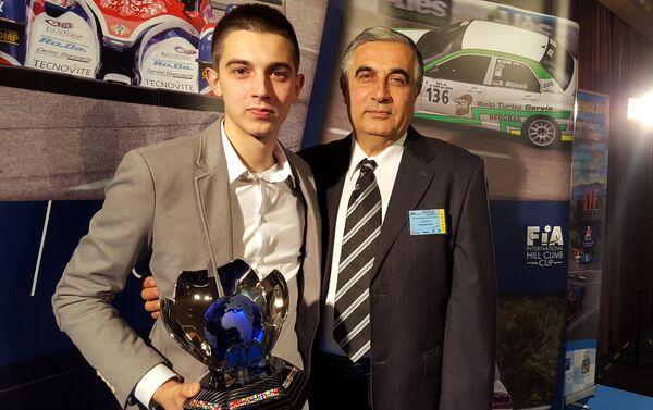 Никола Миљковић са својим оцем Зораном, без којег постојање Темпо рејснг тима не би било замисливо. - Sputnik Србија