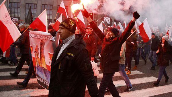 Демонстранти током протестне шетње коју су организовале десничарске и националистичке групе поводом обележавања Дана независности у Варшави - Sputnik Србија