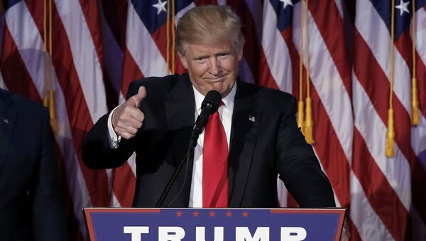 Novoizabrani američki predsednik Donald Tramp pozdravlja pristalice u Njujorku - Sputnik Srbija
