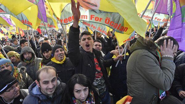 Pro-kurdski demonstranti na protestu protiv turskog predsednika u nemačkom gradu Kelnu - Sputnik Srbija